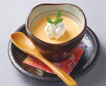 ◆よかもよか卵のプリン<br /> 豊富な栄養価をもつ地鶏の卵を使用しているからこその濃厚な旨味と甘みが特徴的。お好みで自家製カラメルをかけて。